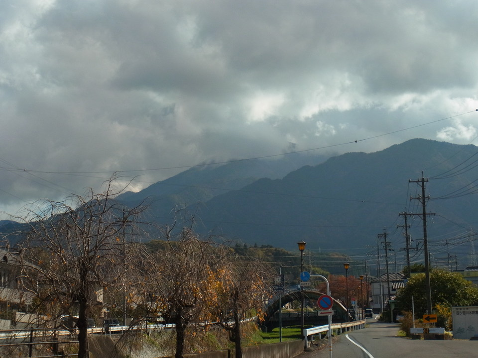恵那山の上だけ厚い雲