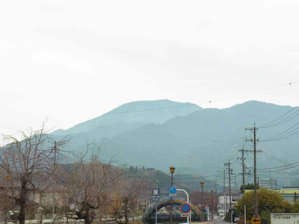 薄曇りの恵那山
