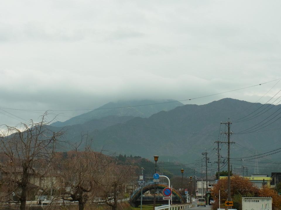 12月の雨と恵那山 border=