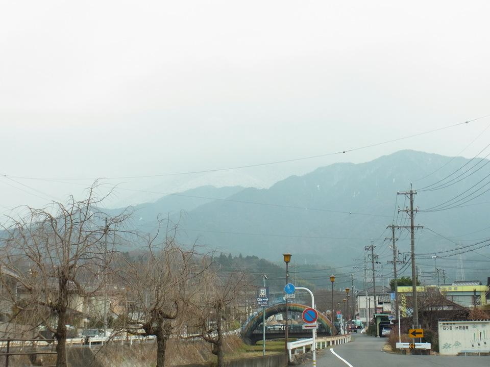 うっすら見える白い恵那山