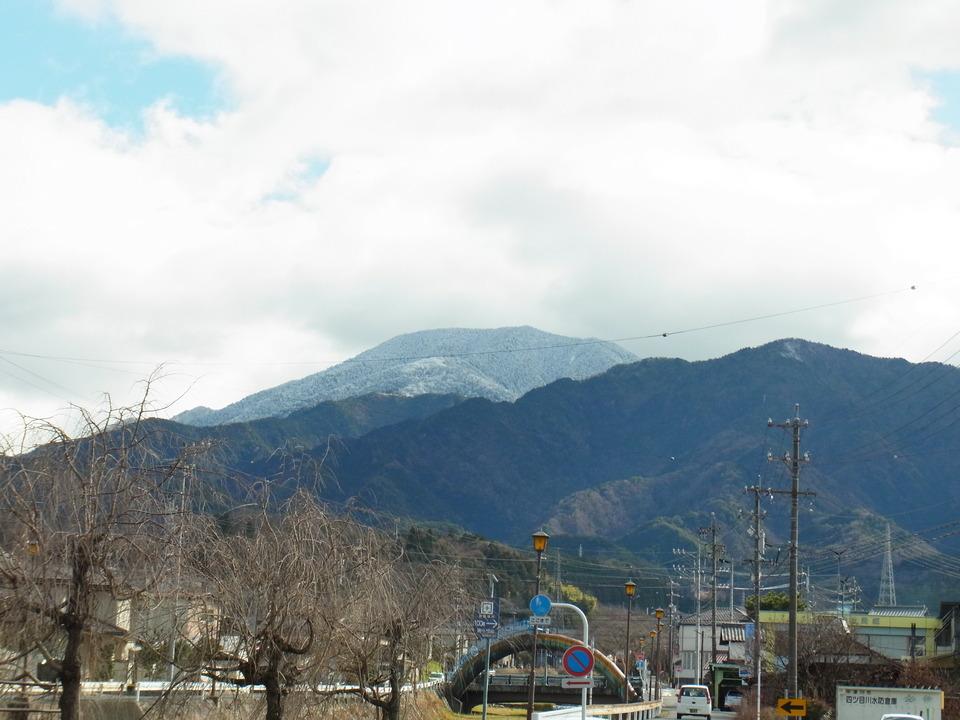 ほんのり雪化粧の恵那山