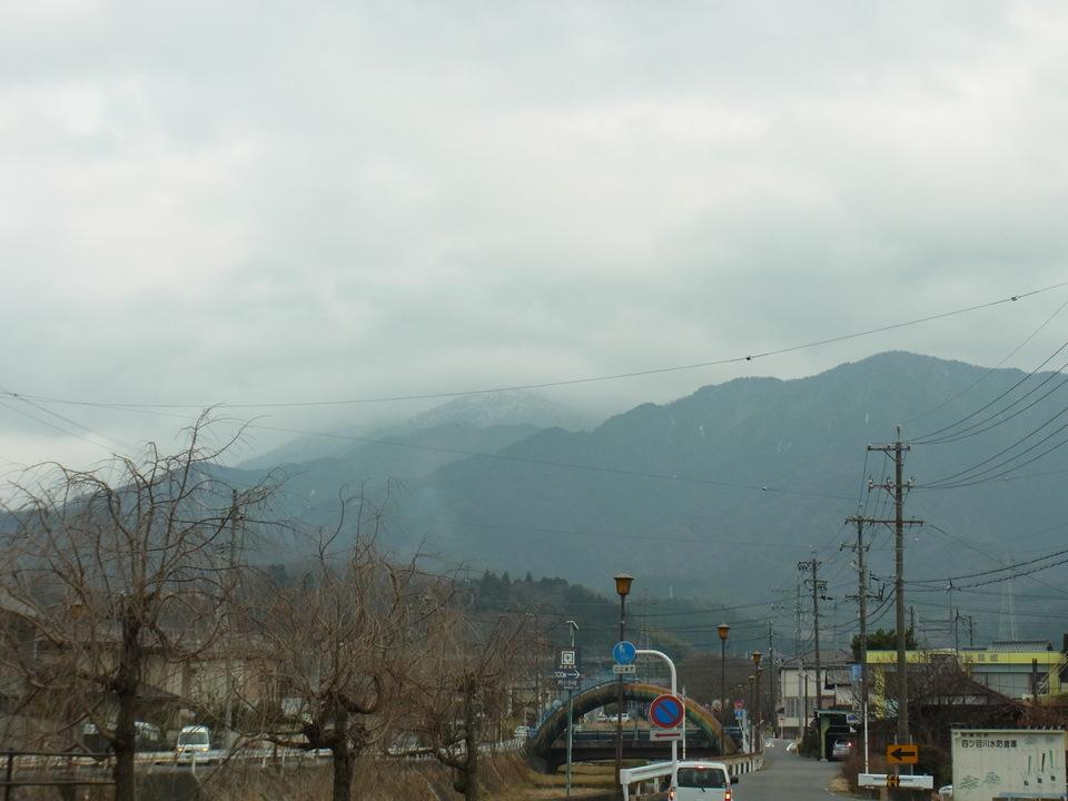 寒々とした雲と恵那山