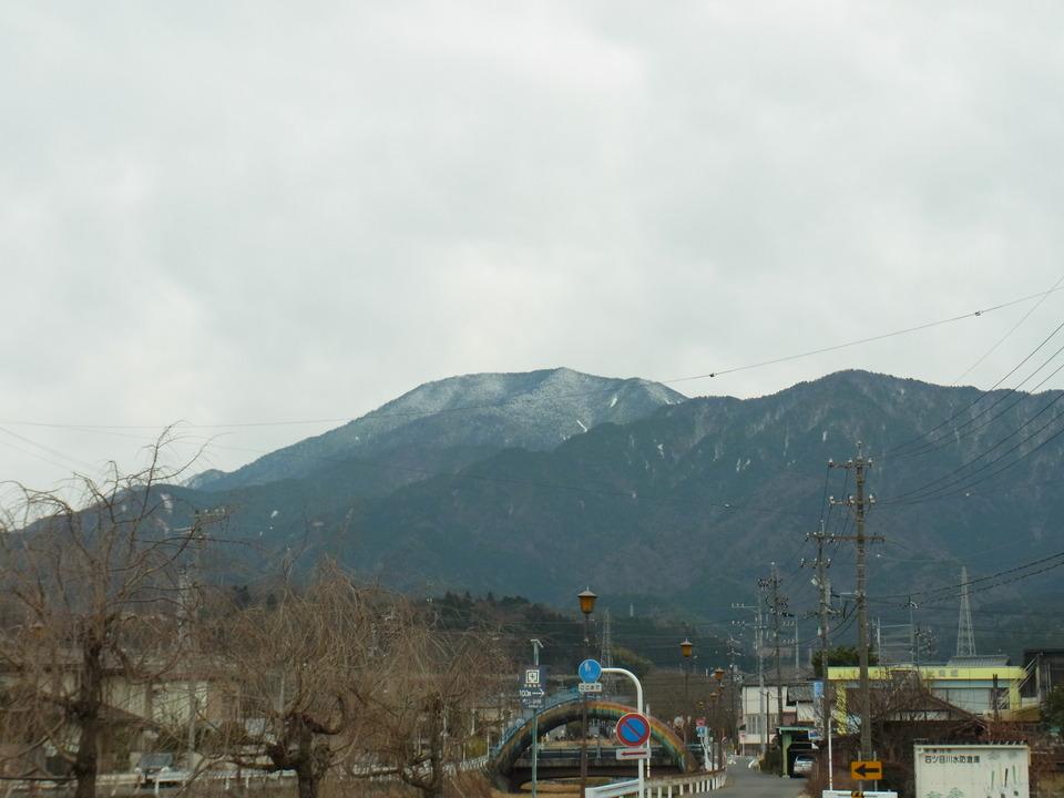 寒い日の曇り空と恵那山 border=
