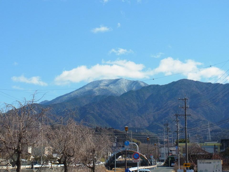 青い空、白い雲、ほんのり雪化粧の恵那山