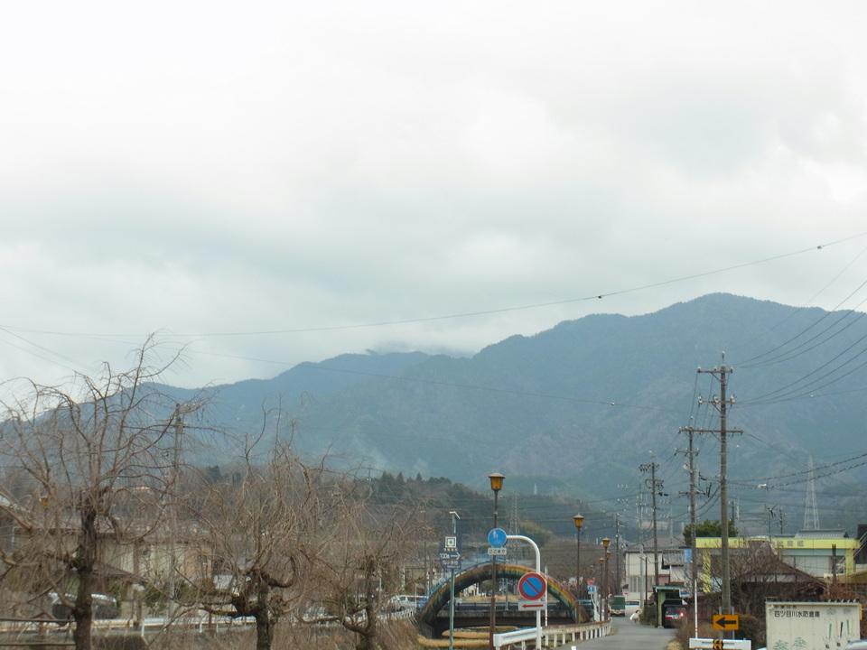 分厚い雲に隠れた恵那山