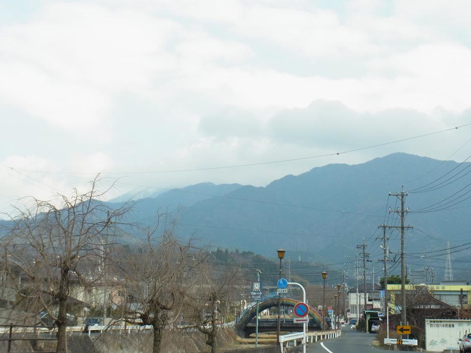 雲の向こうはちょっと雪化粧の恵那山