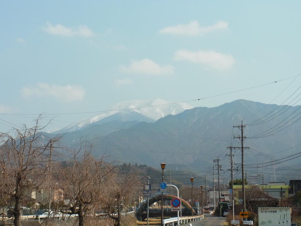 春の雪化粧された恵那山