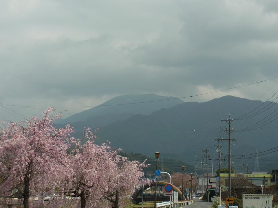 恵那山の上だけ暗雲