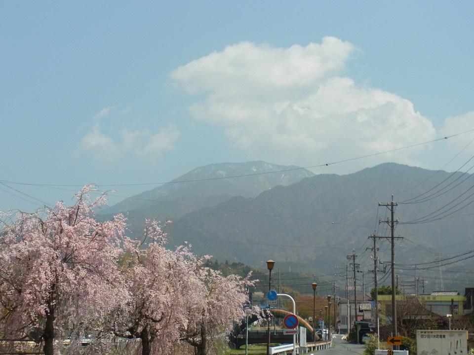 白っぽくぼやけた恵那山