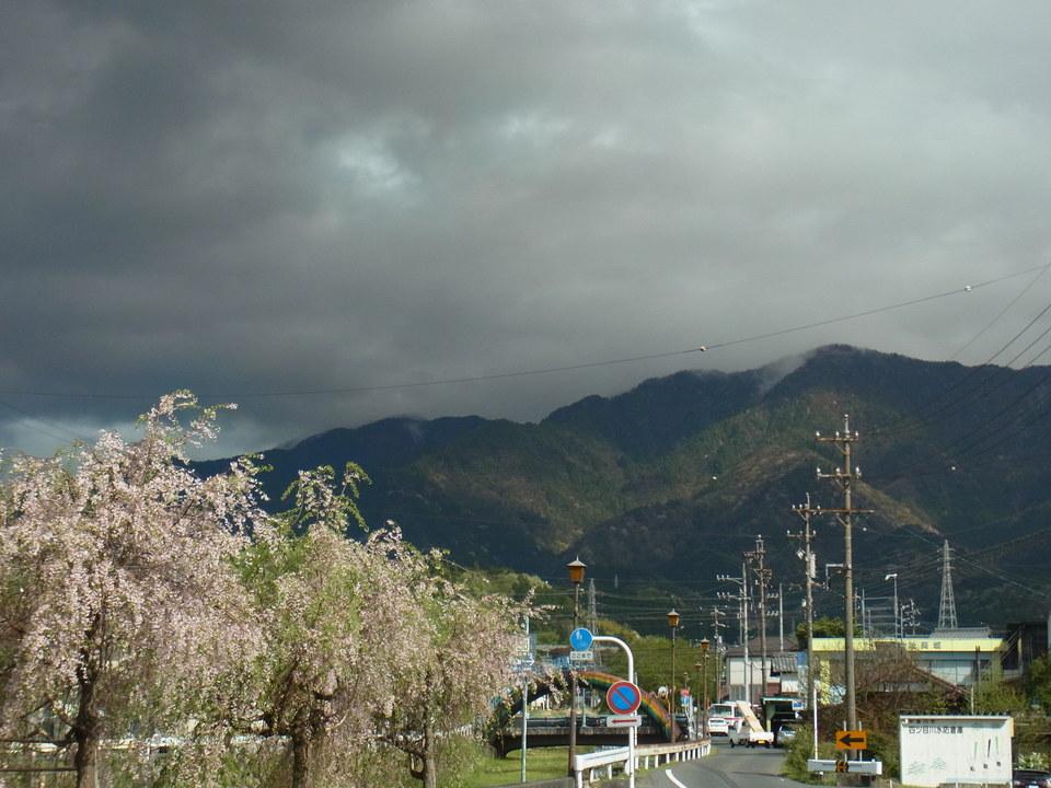 真っ黒な雲の中の恵那山 border=