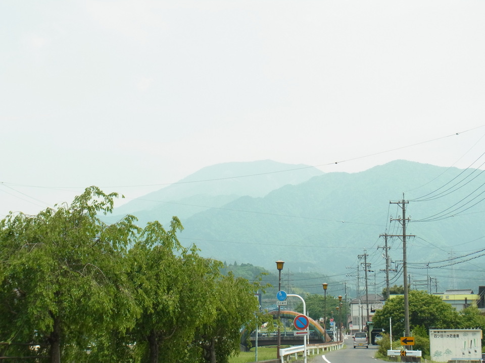 恵那山は薄曇りでぼやけています。