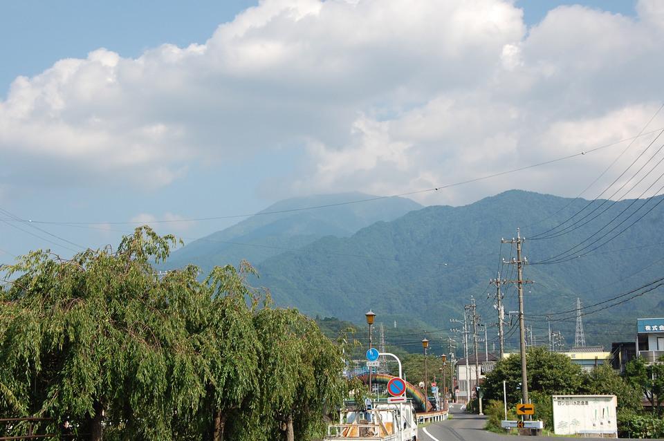 夏の雲と恵那山