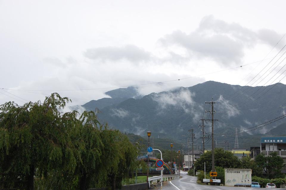 雨が一日中降りました border=