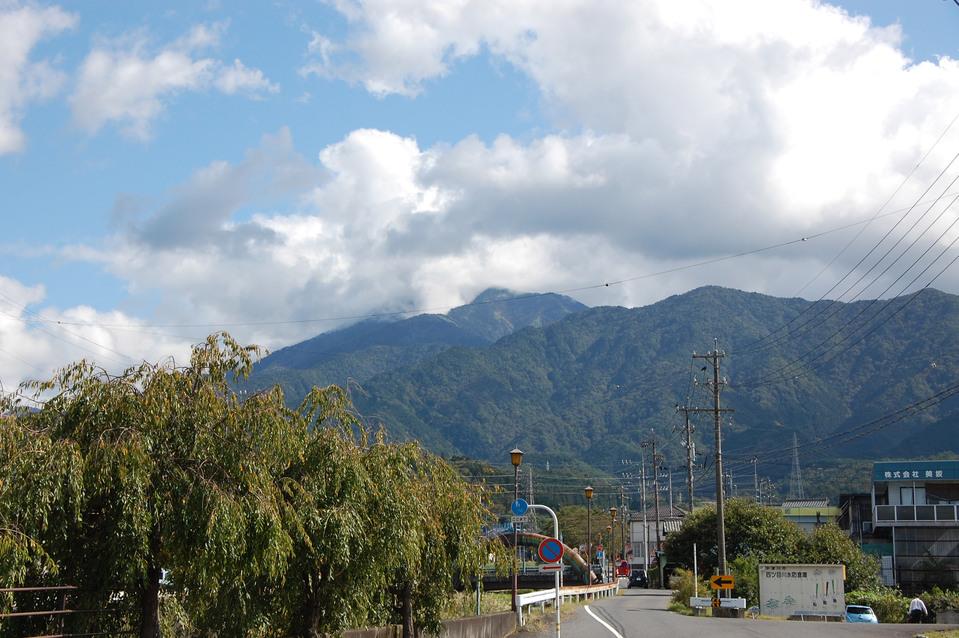 雲の合間から見える恵那山