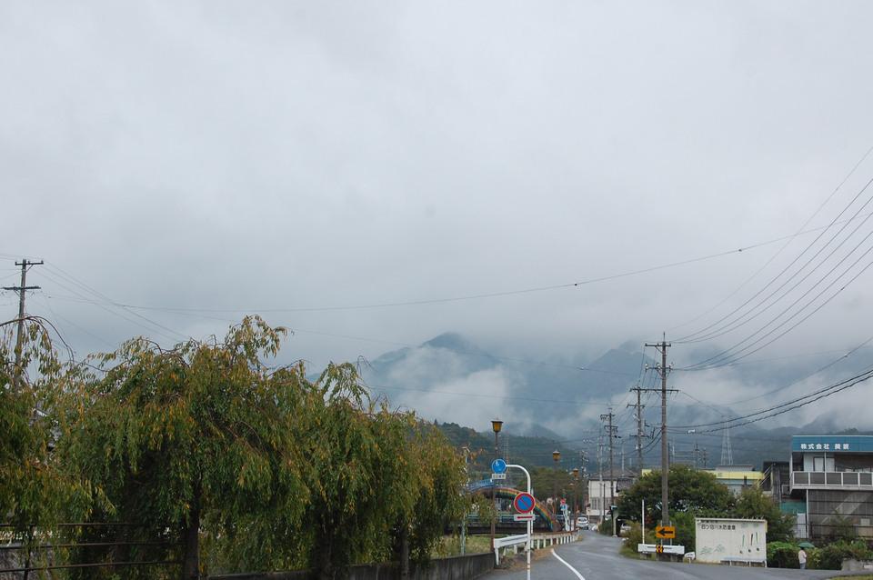 雨がパラパラ降っています border=