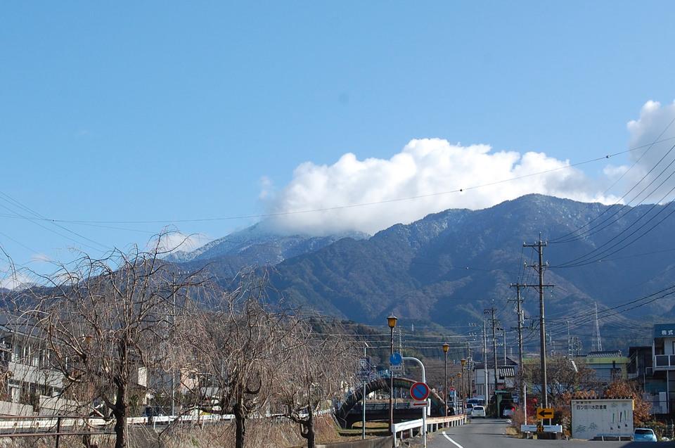 山頂の白い恵那山がちらっと