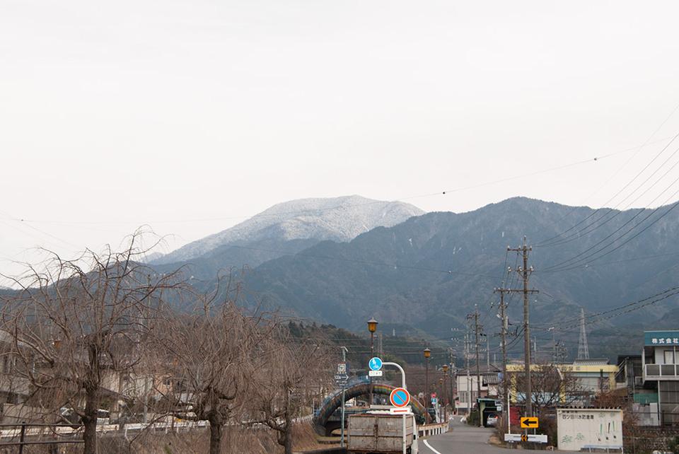 曇り空と雪化粧の恵那山
