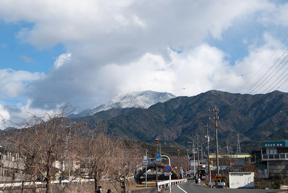雲から出てきた恵那山は... border=