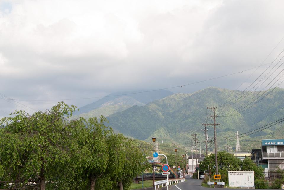恵那山の山頂だけ雲の中