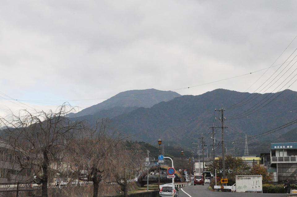 曇り空でも恵那山は見えています border=