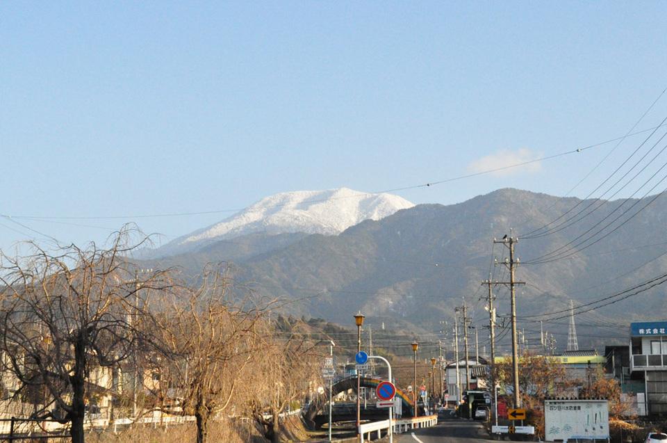 きれいに雪化粧された恵那山