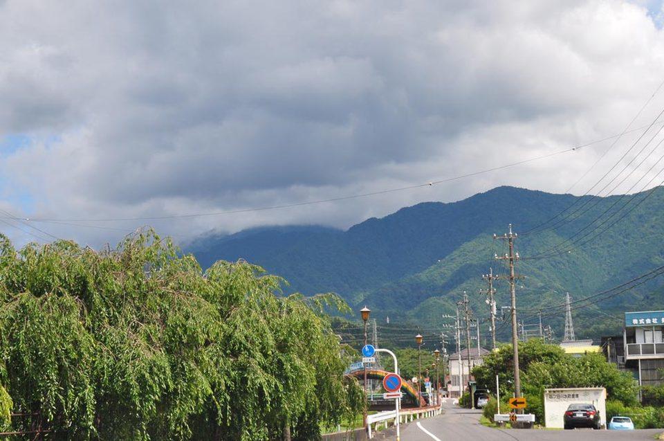 恵那山方面に黒い雲が...