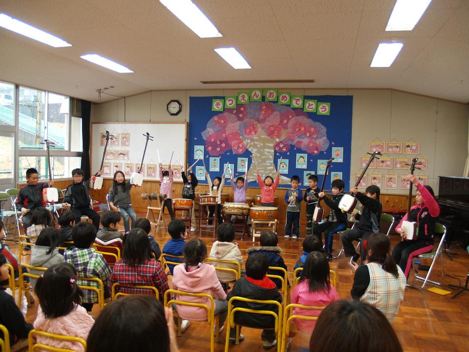 【中津川市立神坂小学校 神坂幼稚園】5年生と年長組が三味線と太鼓でコラボ演奏。 border=