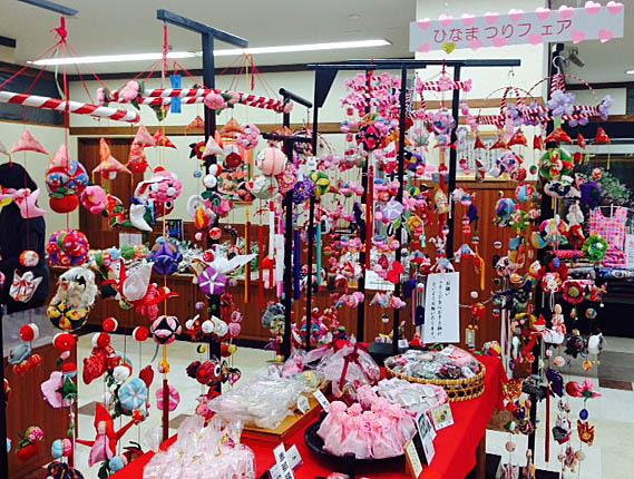 【にぎわい特産館】あかりをつけましょぼんぼりに♬中津川の雛祭りは4月3日。ただいまにぎわい特産館にてひな祭りフェアを開催中です。 border=