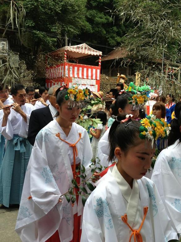 【奇祭 たたき祭り】無病息災を祈願し、榊で叩く「たたき祭り」 border=