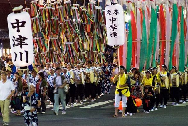 【おいでん祭】中津川最大の夏祭り。1600発の花火が夜空を彩り、勇壮な絵巻が駅前通りを埋め尽くします。 border=