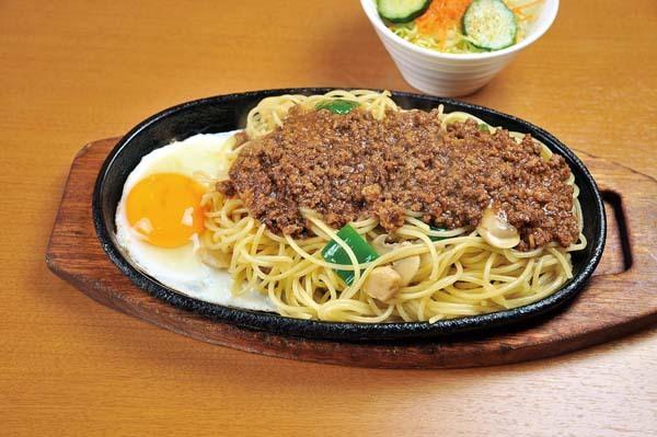 【おいしいお昼ごはん Spaghetti & Crepe Coffee たなか】鉄板の上でジュージュー。絶品!たなかのミートスパ。 border=