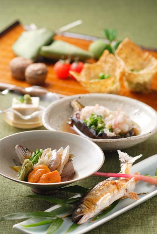 1万坪の敷地に6棟の離れ座敷。夜がらす山荘長多喜の、夏のお料理と名物中津川若どりトマト丼。