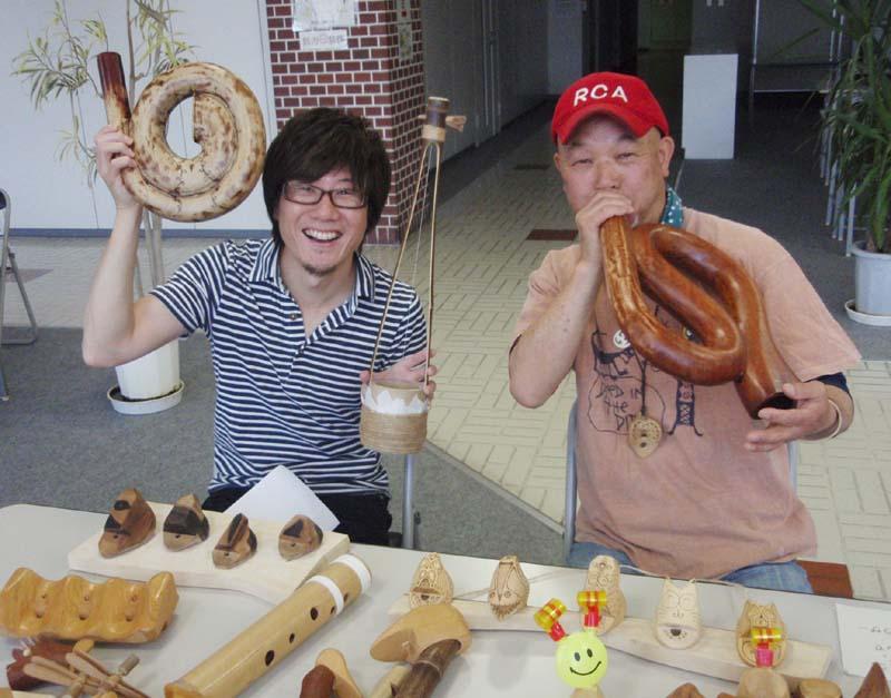 中津川の遊びの天才!くりくり工房の栗谷本さんが、楽しく不思議な楽器を持って登場です。 border=